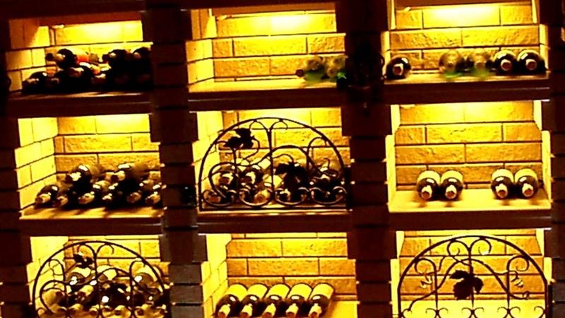 Красивое освещение в винном погребе подсветка полок стеллажей и ниши для бутылок вина