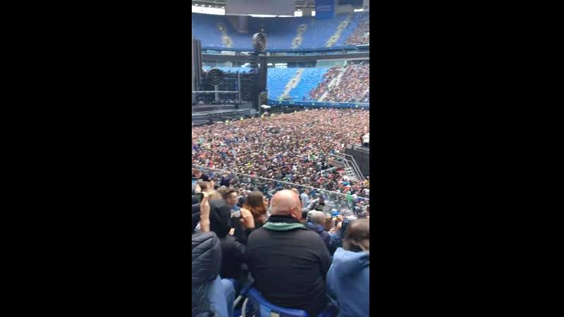 Люди пускают волны в ожидании начала концерта раммов