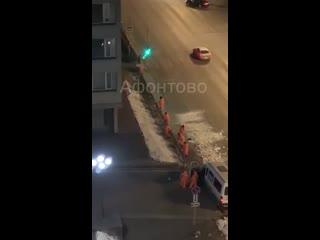 Раскидывают снег на газоне у здания правительства