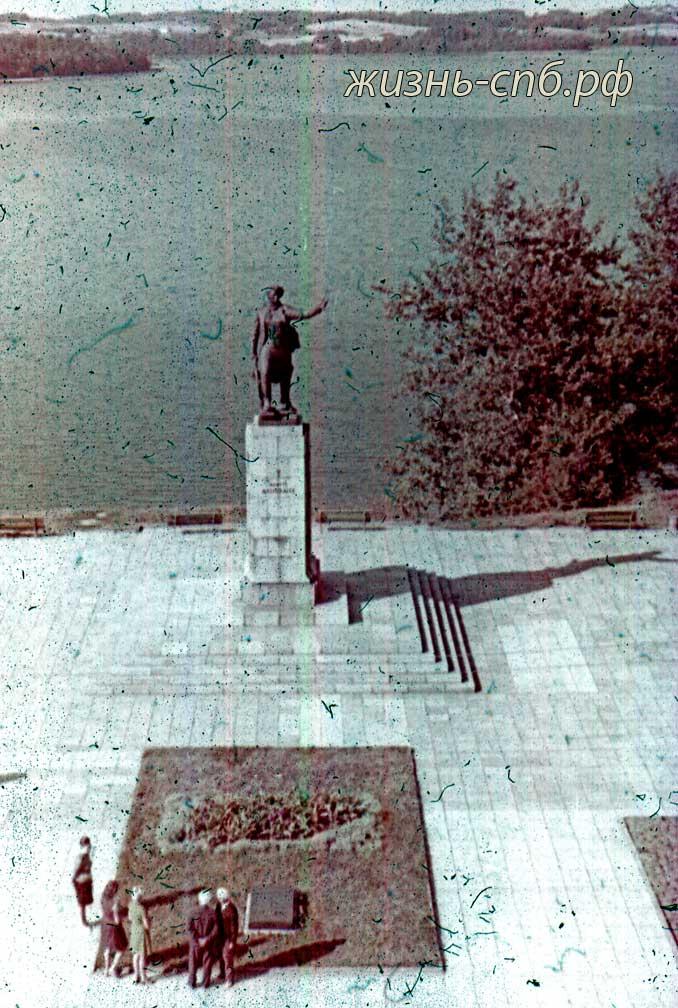 Литовская ССР. г. Зарасай. Памятник партизанке Марите Мельникайте.