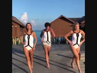 Виктория Боня с другом станцевали эротичный танец на каблуках и в купальниках