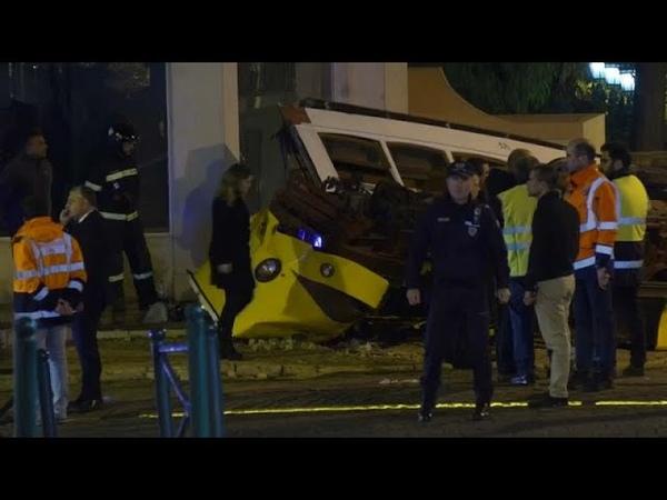 В Лиссабоне трамвай сошел с рельсов