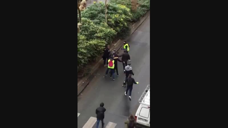 Il est là le vrai visage du Fascisme! Vidéo de l'agression par des antifas, déguisés en GiletsJaunes, de Léopold Jimmy,