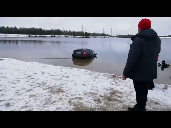 В Ноябрьске извлекли из воды машину
