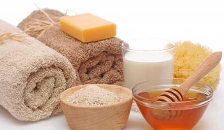 Добавление овсянки в ванну помогает успокоить и увлажнить кожу