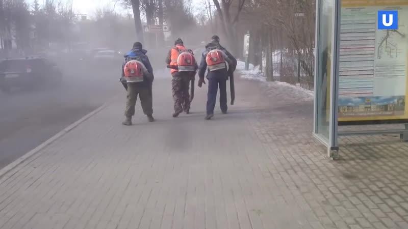 В Гатчине коммунальщики убирают пыль воздуходувками