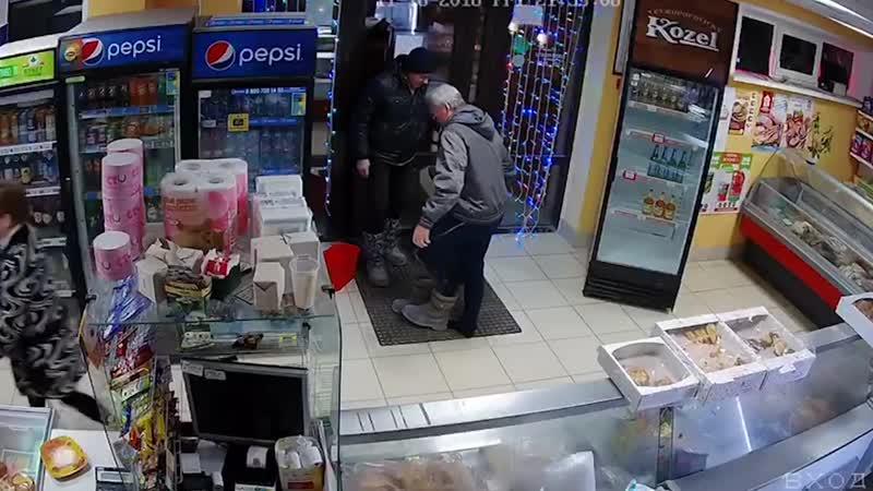 Уборщица заставила снимать обувь при входе в магазин