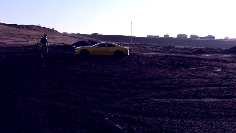с места съемок обрызгал своих друзей Chevrolet Camaro 991HVA13