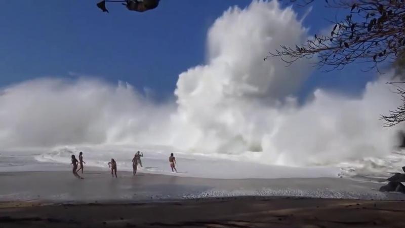 Большие волны на пляже