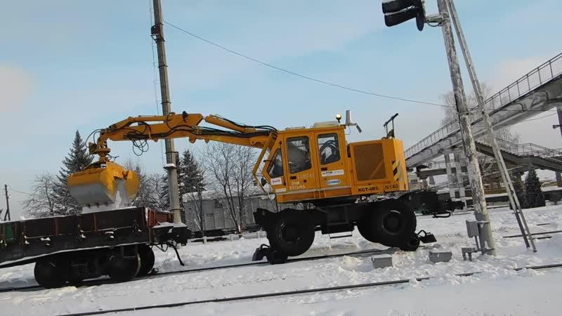 Экскаватор на комбинированном ходу KGT-4RS-140 убирает снег на станции Калуга-1.