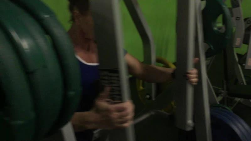 Горизонтальная тяга к груди в тренажере прямым хватом за опоры на трапецию