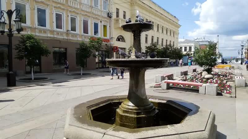 Голуби купаются в фонтане на ул Ленинградской, г. Самара