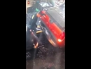 Автомойщик героически спасает собой машины от столкновения