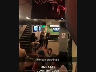 Морган Фримен, которому 81 (?), отжигает в баре. Это-же надо было, так накидаться (!)
