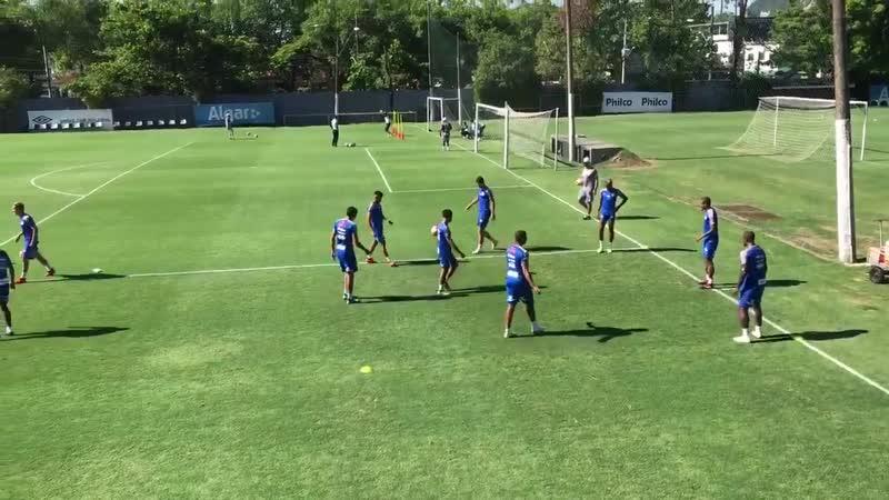 O elenco é dividido em quatro grupos e os jog. disputam rodas de bobinhos, sendo que cada atleta só pode dar dois toques na bola