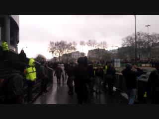 Larrivée des #FoulardsRouges à la Bastille. Laccueil par des #GiletsJaunes