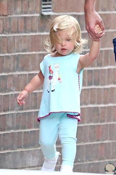 Брэдли Купер один гуляет с дочкой по Нью-Йорку