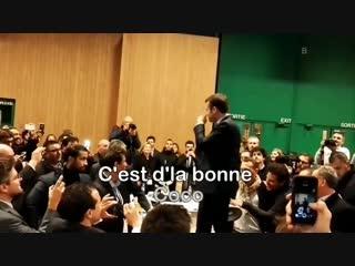 Mais qu'est-ce-que c'est qu'cette manie M. Macron de s' toucher l' pif en permanence?
