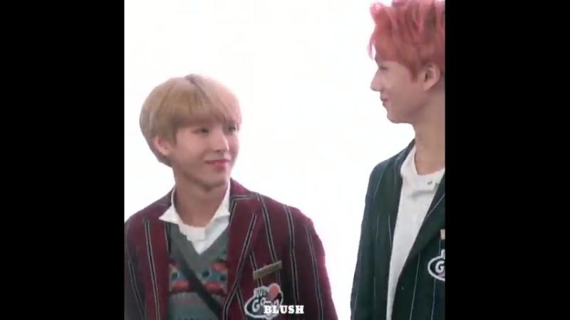 Jisung lowering his height to make it equal to renjuns dhskhsjsjs