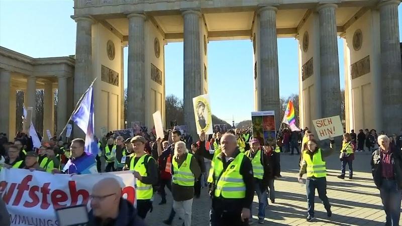 """""""Aufstehen"""" mit Aktion """"Bunte Westen"""" in Berlin unterwegs"""
