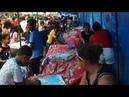 População de Santa Luzia no Maranhão comendo um bolinho educadamente
