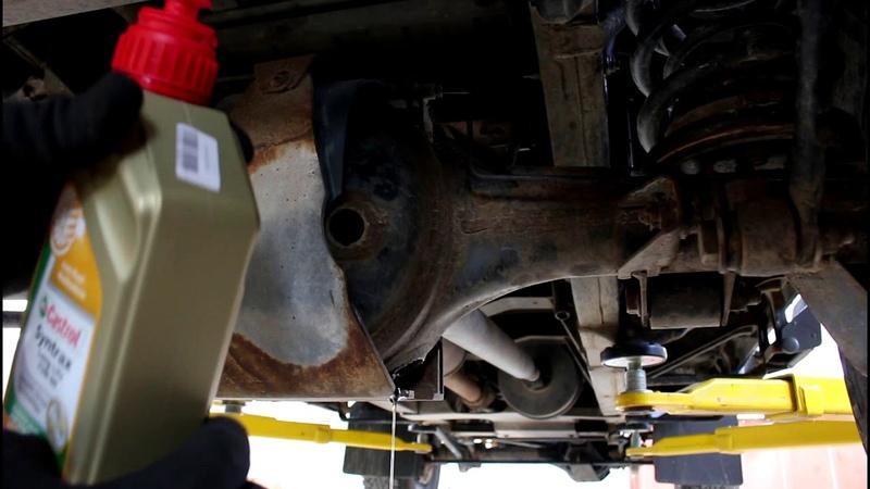 Замена масла в редукторе заднего моста на Land Rover Defender Ленд Ровер Дефендер 2013 года