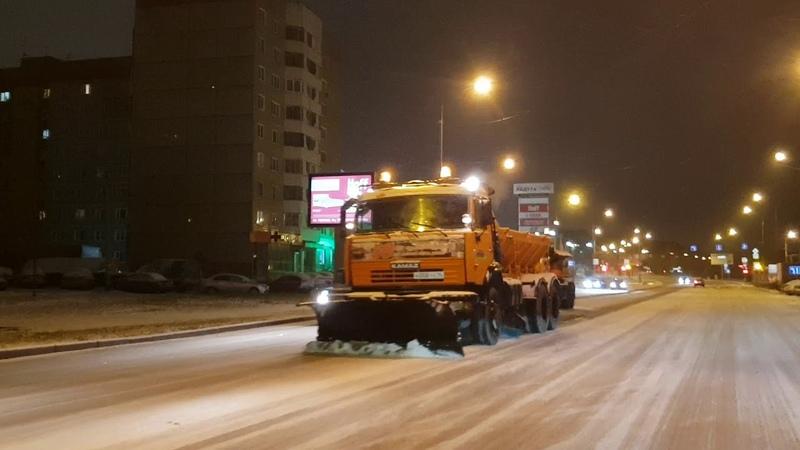 Техника вышла чистить Екатеринбург после первого сильного сненопада