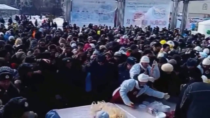 Драка и давка в очереди за бесплатными сосисками в Тюмени/Russian fighting over sausages