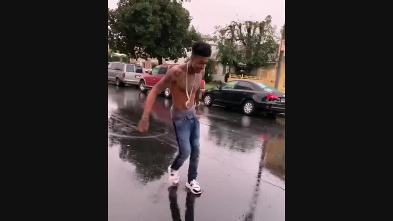 Blueface танцует чечётку под дождём
