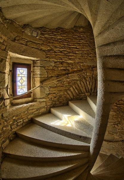 Винтовые лестницы в башнях средневековых замков строились таким образом, чтобы подъём по ним осуществлялся по часовой стрелке