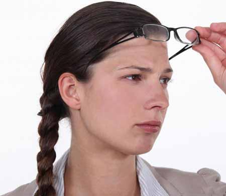 Лазерные глазные клиники проводят операции для коррекции проблем со зрением.