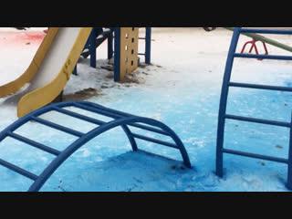 В Ростове на Дону коммунальщики покрасили снег на детской площадке