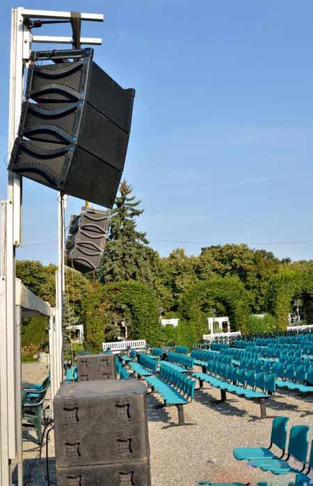 Супервайзеры лесов иногда работают на концертных площадках, наблюдая за опорами на сцене