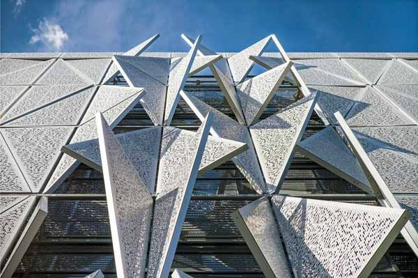 Перфорированные конструкции, несущие свет и игривую геометрию в современные дома
