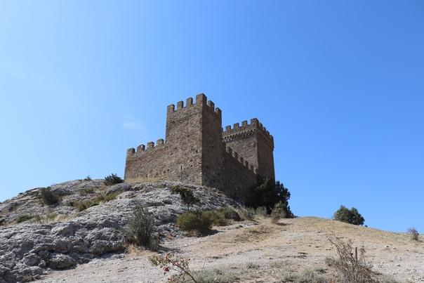 «Детинец» — назвали бы у нас. Тут это какой-то внутренний замок или цитадель.