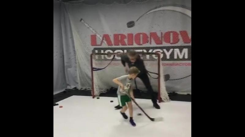 Игорь Ларионов делится опытом с юным хоккеистом в LarionovHockeyGym