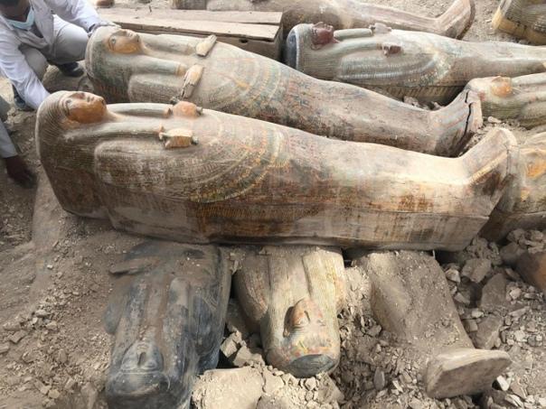 Археологи обнаружили 20 хорошо сохранившихся деревянных саркофагов недалеко от древнеегипетского Луксора В министерстве по делам древностей Египта назвали находку одним из наиболее важных