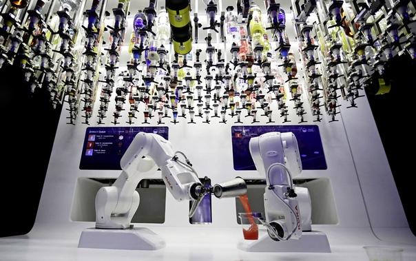 Жарким летом 2019-го посетители пражского клуба «Карловы-Лазне» могли попробовать прохладительные коктейли, приготовленные роботом-барменом