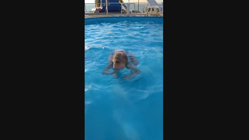 Девчонки научили Василька нырять пока так но начало положено