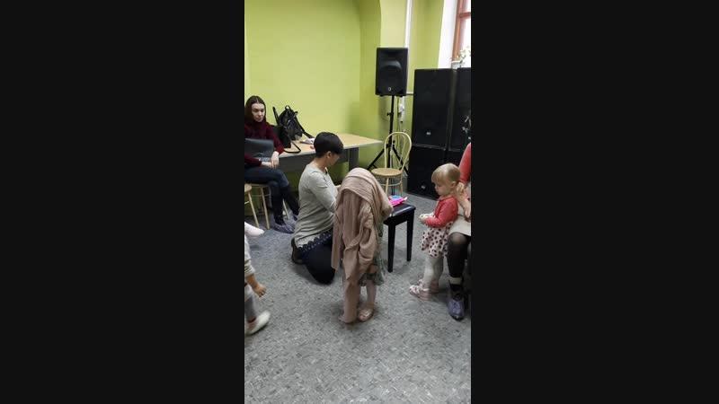 Детки угадывают как звучат инструменты на музыкальном занятии