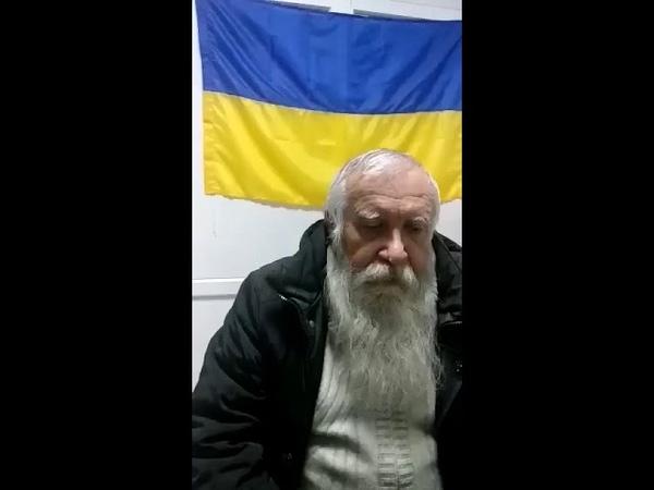 3 декабря 2018. Мариуполь. Мариуполец клеил плакаты с Януковичем