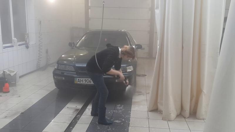 Блондика моет машину