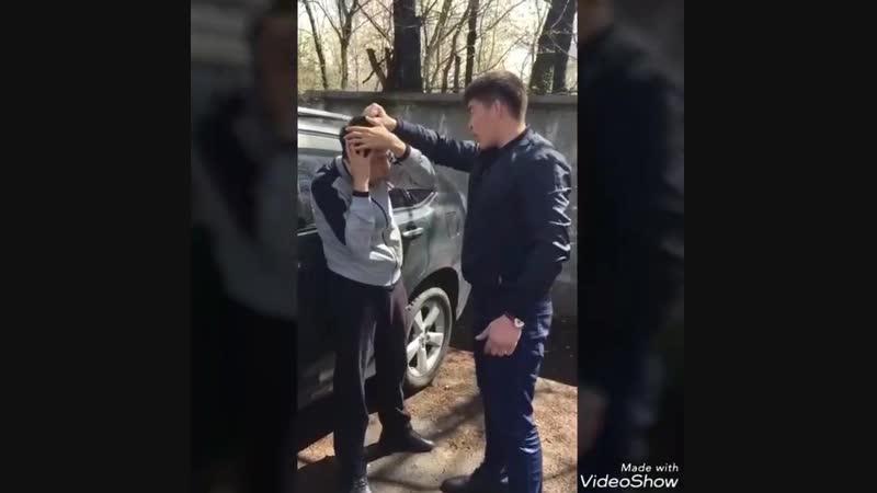 Полицейский угрожает парню бьет его и плюет в лицо