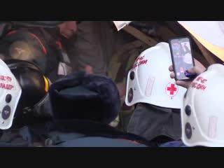 Видео, как малыша вытаскивают из-под завалов