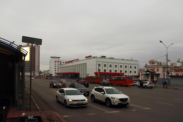 Свежеотремонтированный вокзал и автобусная остановка