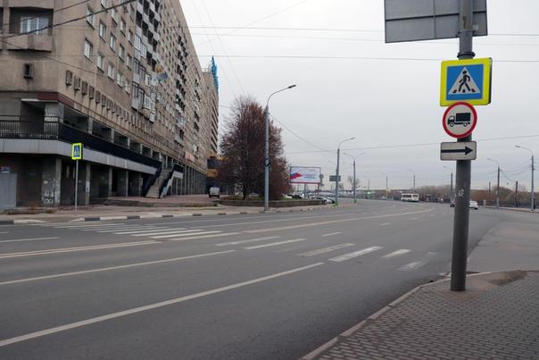 Маринс отель и неконтролируемый пешеходный переход через главную артерию города.  Слава Б-гу не додумались закопать (и, видимо, не смогут, так как станция метро «Ярмарка» прямо тут).