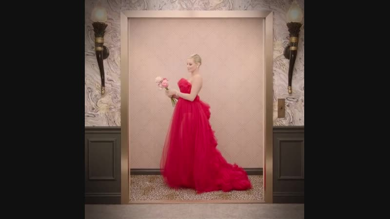 Лили Рейнхарт в лифте на премии «Золотого глобуса»