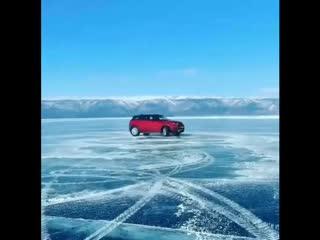 Range Rover Evoque танцует на льду Байкала