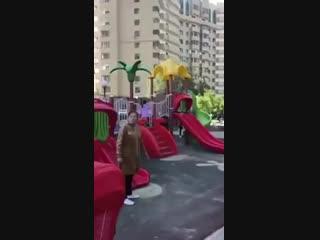 В Усть-Каменогорске казашка поясняет русской, почему её ребёнку нельзя играть на детской п