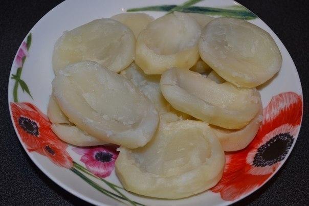 Картофель, фаршиpованный копченой куpицей и овощами под сыpом.